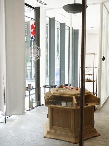 洗礼されたアクセサリーショップのような雰囲気の「HIGASHIYA GINZA」。