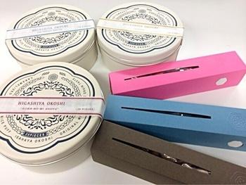 レトロでおしゃれな缶に入っているのはなんとおこし。ピンクやブルーの箱入りのものはそれぞれ豆菓子が!スタイリッシュな手土産にぴったりですよ。