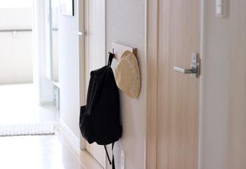 バッグや帽子など、お出かけに必要なアイテムが玄関にあると便利ですよね。家族以外の人も出入りすることがある玄関は、ものを置きっぱなしにするのは避けたいところ。そんなとき、無印の「壁にかけられる家具」が活躍します。こちらではフック付きのものを使用し、床置きせずすっきりと収納されています。スペースを有効活用できる、収納テクニックですね。
