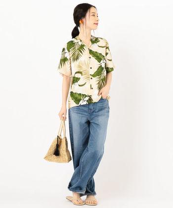 カラフルな色彩とトロピカルな柄が可愛いアロハシャツも、一枚でおしゃれが決まる夏の人気アイテムです。デニムを合わせた定番スタイルをはじめ、ワンピースの上に羽織ったり、スカートにタックインしてきれいめに着こなしたり。アイテムの組合せ方や着こなし方次第で、様々な雰囲気を演出できますよ◎。