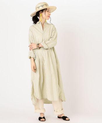 こちらのシャツワンピースはベージュを基調としたやわらかい配色と、ロング丈のデザインが大人っぽくて上品な雰囲気です。ゆったりしたシルエットと、サイドに入った深いスリットが今年らしい印象。ハットや大ぶりピアスなど夏小物と合わせて、季節感あふれるおしゃれな着こなしを楽しみたい一着です。