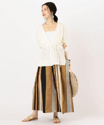シンプルな装いが多くなる夏は、コーディネートの主役になるストライプ柄のスカートもおすすめです。軽やかな素材でできたこちらのスカートは、様々な幅のストライプを組み合わせた個性的な柄がおしゃれな雰囲気。メタリックカラーのサンダルやサークルかごバッグなど旬小物と組み合わせて、抜け感のある大人っぽい着こなしを楽しんでみませんか?