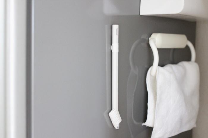 キッチンの掃除用ブラシは、すぐに手に取れるところに設置したいですよね。 ブラシの柄にダイソーのミニマグネットをテープで巻いて付ければ、冷蔵庫の好きな場所にくっつけることができます。  使った後は乾かしておくこともでき、衛生的です。