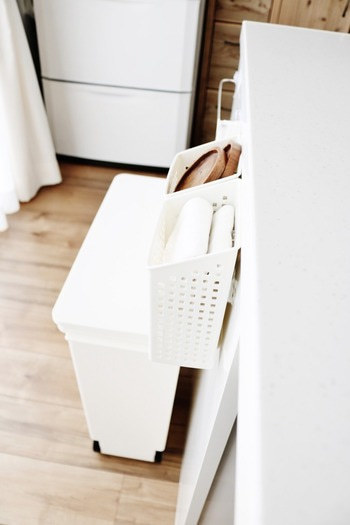 布巾のストックは、カウンター横に100円ショップのかごを取り付けて収納。 立ったまま取り出せる位置にすれば、取り換えがスムーズになります。