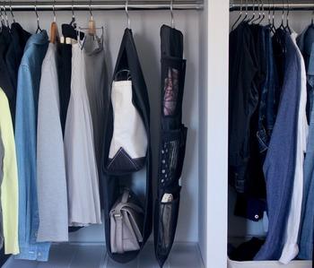 寝室にあるクローゼットのスペースを有効活用できる、吊るせるポケットシリーズ。意外と置き場所に困るトートバッグやハンドバッグを、ハンガーで吊るしてすっきりと収納することができます。バッグの底が汚れることもなく、省スペースも叶う。一石二鳥の収納アイテムです♪