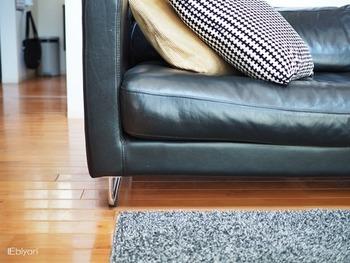 椅子やソファ、ダイニングテーブル、動かしずらい棚などにも貼っておくと安心です。