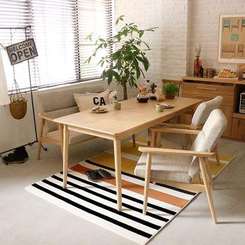 大胆なストライプと明るい配色がポイントになるラグです。毛足が短いので、椅子などの足元でも快適に使えます。