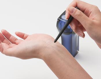 こちらのパフュームボトルは、ふたの役割りを果たしている黒いガラス棒を使って香りを体につけるようになっています。ほんの少しの量だけつけたいときに、ガラス棒を使うと調整しやすいんですよ。