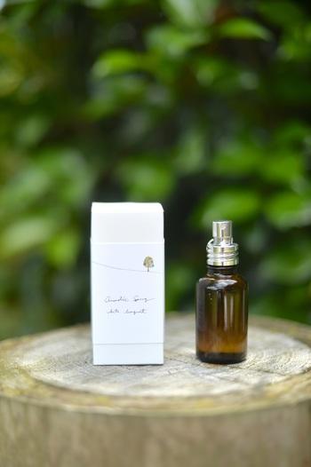 蒜山産のクロモジ精油と天然の花葉や果実の精油をブレンドしたナチュラルテイストのアロマスプレーです。カジュアルなお洋服によく合う軽やかな香りです。
