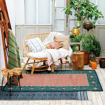 ちょっと個性的なラグを選んで模様替えを楽しむのも素敵です。重ねて楽しんだり、家具を置いたりして組み合わせを見つけよう。