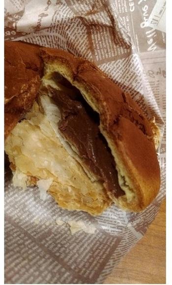 チョコクリームがたっぷり詰められた大ぶりなシュークリーム『ブラウニーシュ―』。
