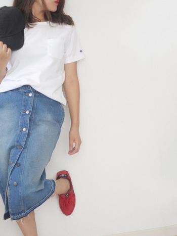 白Tシャツにも合わせやすいカジュアルなデニムタイトスカート。フロントボタンをいくつか開ければスリット入りスカート風に着こなせます♪