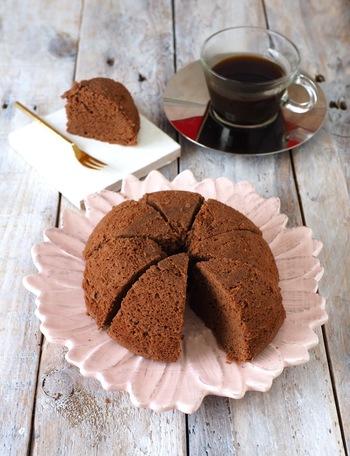 おからパウダーを使ったココア蒸しパン。ワンボウルで混ぜるたらレンジに入れるだけ!型も不要なので気軽に作れちゃいますね。低糖質なので、ダイエット中の方にもおすすめです♪