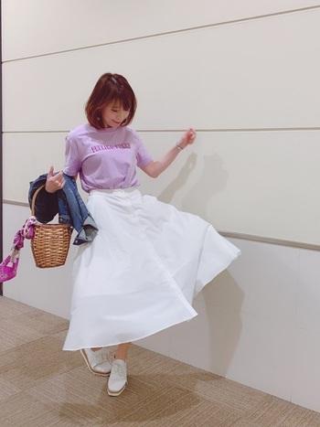 パッと明るい印象に仕上がる白スカート。コーデに清楚でピュアなイメージを与えてくれます。それにトップスに何色を着ても大丈夫!足元も白でまとめると、おしゃれ度がぐっと上がります♪