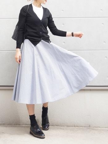 夏らしいストライプのサーキュラースカート。白カットソーやタイトめなカーディガンを合わせてフレンチシックな雰囲気に着こなしましょう。