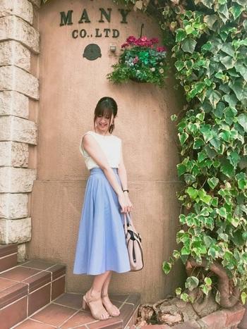 爽やかで女性らしい雰囲気を与えてくれるブルーは、白トップスとの相性も抜群!小物はピンクベージュ系でまとめて。