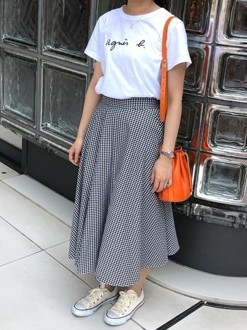 ギンガムチェックのサーキュラースカートには白のロゴTシャツやコンバースを合わせてカジュアルにまとめて。差し色のオレンジバッグで夏らしさもプラス♪