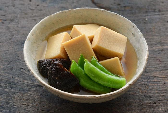 だしの味がしっかり染み込んだ高野豆腐の煮物は、いつ食べても美味しい一品。冷凍保存もできるので、まとめて作ってお弁当のおかずに活用してもいいですね。 干し椎茸の煮物も添えると、うまみが増してごはんがすすみます。