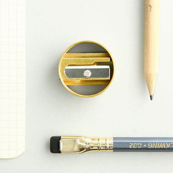 ドイツの<DUX>からは、真鍮リングの鉛筆削りをご紹介。見た目が可愛い、丸形の鉛筆削りです。真鍮なので程よいずっしり感がクセになります。シンプルなデザインなので飽きも来ず、長く使い続けられますね。