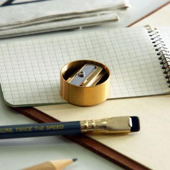 真鍮製の鉛筆削りは、デスクの上でも存在感抜群!あえて見せたくなるような美しさがあります。コンパクトなので持ち運ぶときも場所を取りません。