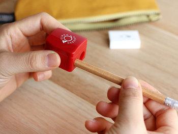 削り穴は2種類。いろいろな種類の鉛筆に対応しています。刃がむき出しになっていないので、お子さまと一緒に使うときも安心ですね。