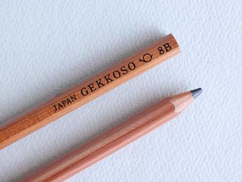 トレードマークの「友を呼ぶホルン」がちょこんと描かれた、<月光荘画材店>の鉛筆。国産では唯一の8B鉛筆です。芯が太めなので、これ1本あれば線の太さや濃淡も、自由自在です♪