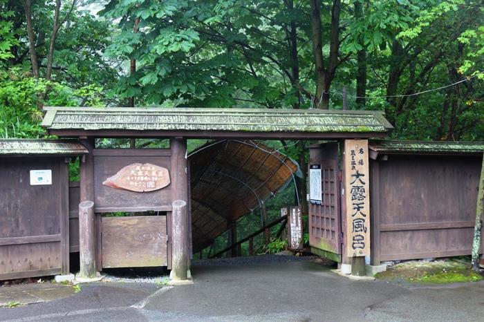 蔵王温泉のシンボル的存在となっている名物風呂が、こちらの「蔵王温泉大露天風呂」。高台にあり、こちらの入り口から、階段を降りて向かいます。
