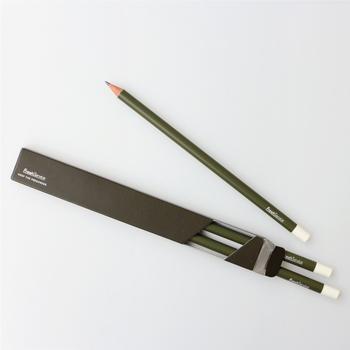 先端の白い部分には、消しゴム付き。取り付ける金具を排除することで、従来の鉛筆にはない、シンプルで無駄のないミニマルデザインに仕上げてあります。シンプルな中にもセンスを感じる、大人向け鉛筆です。