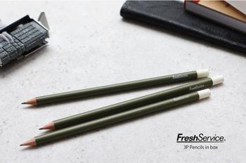 架空の運送会社をイメージしたコンセプトストア<Fresh Service>。1LDKやGraphpaperなどこれまで数多くのショップを手掛けてきたクリエイティブディレクターの南貴之氏が主催しています。そんな<Fresh Service>の鉛筆は、オリーブ色と白色の2色遣いで、クレバーな雰囲気。