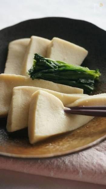 こちらは、高野豆腐を戻す手間を省いた時短レシピ。 冷ましながら味を染み込ませます。白だしでさっぱりとした味わいに。