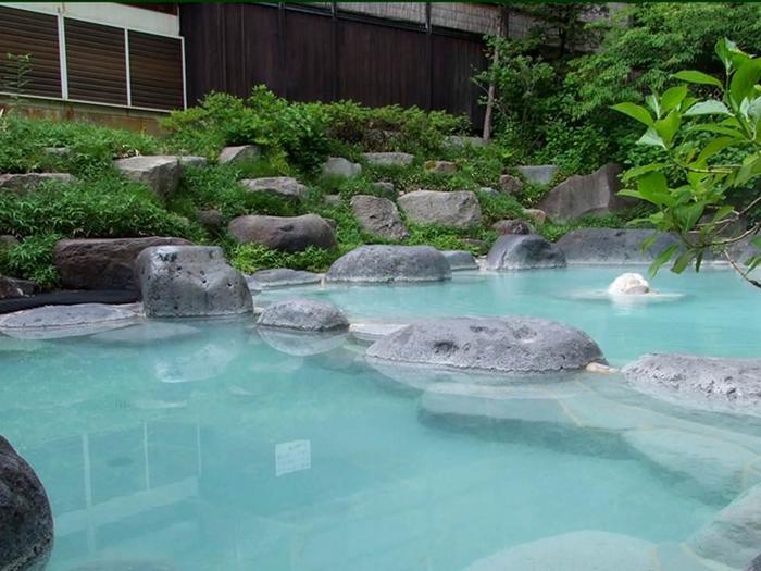 露天風呂は、蔵王温泉大露天風呂と同じく、岩造り。まわりに緑があって、野趣たっぷり。 冬は真っ白な雪に囲まれながら、ほっこりできます♪