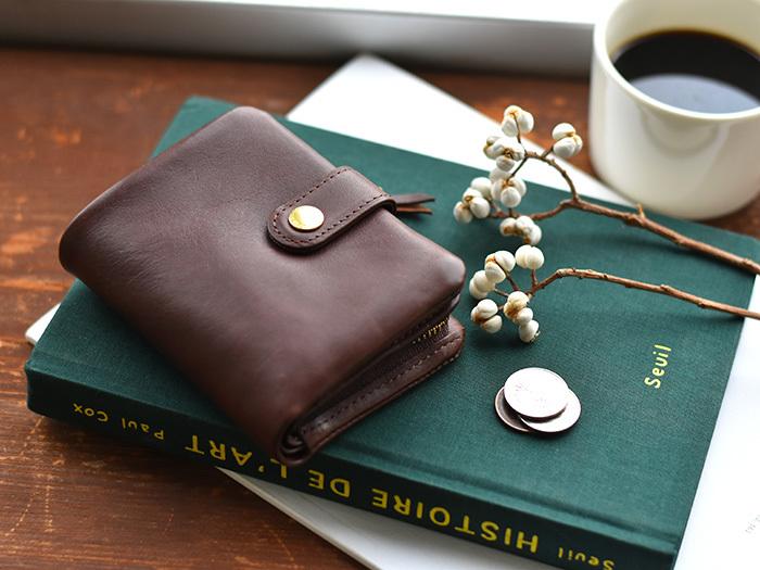 イタリアンレザーを使用し、使うほどに手に馴染みツヤが出てくるため、経年変化が楽しめるお財布です。時間が経つほど愛着が沸き、唯一無二の存在になってくれるはず。