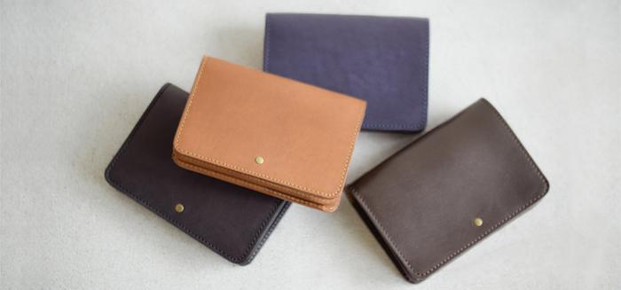 コンパクトでありながら、カード入れが4つにお札と小銭入れも備えた収納力抜群のお財布。飽きずに長く使えるシンプルなデザインが上質な雰囲気を醸し出しています。