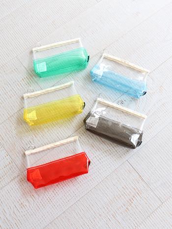 日本国内の職人さんがミシンを使い、ひとつひとつ丁寧に作られたPVCビニールのポーチ。夏らしいポップなカラーのアクセントが、使うたびに楽しい気分にさせてくれます。