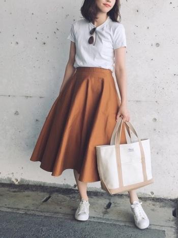 今シーズン注目のオレンジ系は、まとうだけで暖かさや元気な雰囲気に。トートバック、スニーカー、Tシャツは白、ベージュ系でまとめて、スポーティーさをミックスすると今っぽくて◎