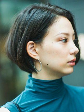 前髪なしの黒髪ストレートショートは出来る女感ある洗練された雰囲気に。こちらは幼くみられてしまいがちな丸顔さん・童顔さんにもおすすめのスタイルです。