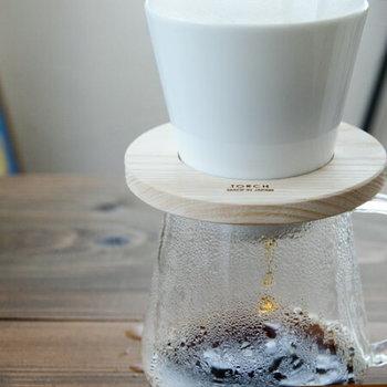 ペーパーフィルターを使って淹れるコーヒーには、「ドリッパー」が必要です。ドリッパーにもさまざまな種類があり、形状や穴の大きさが異なります。それぞれの特徴で、味が変わってくることも。飲む量やシーン、味の好みにあわせてドリッパーも選びたいですね。  こちらのドリッパーは、抽出穴が大きめに作られている、ドーナツ型のドリッパーです。角度が急なのでドリッパー内の粉の量が厚くなり、濃い味のコーヒーを淹れられます。しっかりとコーヒーの味を感じながらも、すっきりとした一杯に仕上がるそうですよ。
