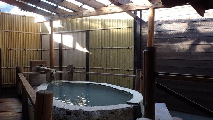 様々なお風呂がありますが、なかでも注目したいのが、岩風呂。御影石の「源泉内風呂」・「露天風呂」に、18tもの蔵王石を用いた、このような「大石くり抜き風呂」があるんですよ。自然の力強さが感じられて、より元気になれそう。