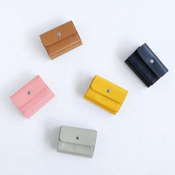 手のひらサイズの三つ折り財布。ピンクやイエロー等、豊富なカラーが揃っています。お気に入りのカラーを選んで持ち歩けば、なんだか運気もアップしそう!