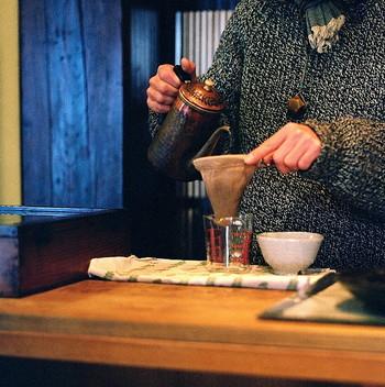 ネルドリップでコーヒーを淹れるには、少しテクニックが必要になります。目の粗いネルフィルターはろ過されるスピードが早いので、ゆっくり、じっくりとお湯を注ぐことがポイントです。コーヒー豆は、「粗挽き」のものがおすすめです。ハンドドリップコーヒーに慣れてきて、もっと自分好みの味を追求したい!という方は、ぜひ挑戦してみてください。