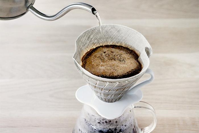 コーヒー豆との組み合わせで、自分好みの味を作りやすいネルドリップ。ネルフィルターは、お手入れに少々手間がかかります。使用前後の煮沸や洗浄が必要だったり、保管する際には水につけて冷蔵庫に入れておくなど、注意点も。お手入れは必要になりますが、繰り返し使うことができるので、エコの視点からは嬉しいですね♪