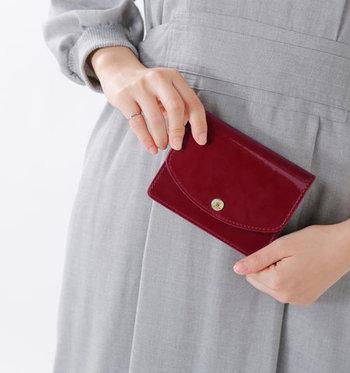 こちらは、GLENROYAL(グレンロイヤル)のブライドルレザーにエナメルを加工させたお財布。水や汚れにも強く、使うほどに美しいツヤが出てきます。