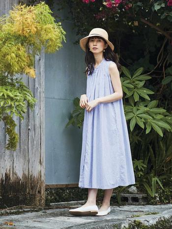 夏らしいブルーの細ストライプ生地をたっぷり使ったノースリーブのシャツワンピは、フレアとタックが生み出すドレープがとてもきれい。しっかりと裾まで出るようになっています。フロントにポイントがあるので、カーディガンなどを羽織っても魅力はそのまま。意外と着回しが利くアイテムです。