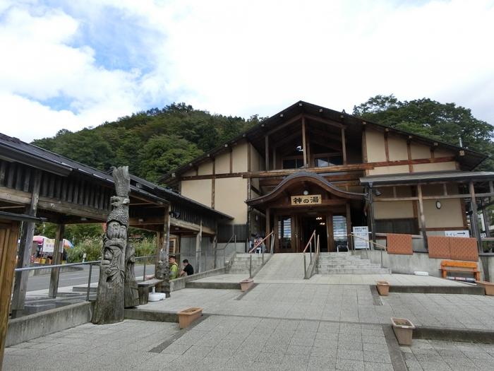 蔵王温泉からちょっと足を伸ばして、遠刈田温泉を訪れてみませんか。  おすすめの共同浴場が、こちら。比較的大きな規模の「神の湯」です。あつい湯、ぬるい湯の2槽が設けられているので、誰もが満足できるお風呂のはず。青森ひばの香る建物で、リラックス効果抜群。