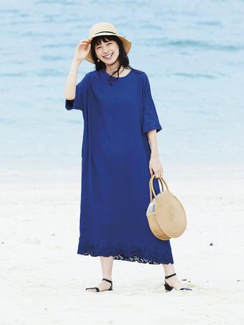 真っ青な海のようなカラーが目を引くサックドレスは、とろみと落ち感のある風合いと、裾に施されたカットワーク刺しゅうの透け感が涼しげで夏らしい雰囲気。波をイメージしたアラベスク風の模様は、よくよく見るとヨットが浮かんでいたり、カモメが飛んでいたりと、遊び心もさりげなく感じられます。是非、実際に見て探してみて。