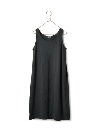 重ね着をするしかないような透け感のあるワンピースでも、インナーに合わせれば一枚で着られる便利なインナーワンピース。昨年の夏に登場して、とても好評だったそうです。クローゼットに眠っている透け透けワンピも、これがあればまた着られるかも!?
