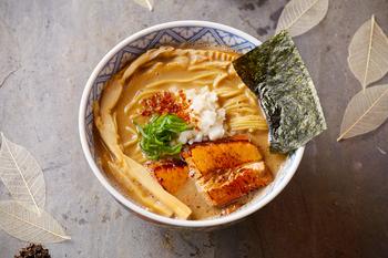 定番のラーメンは濃厚豚骨魚介スープで濃厚なのにスルスルと体に入っていく染み渡る美味しさ。
