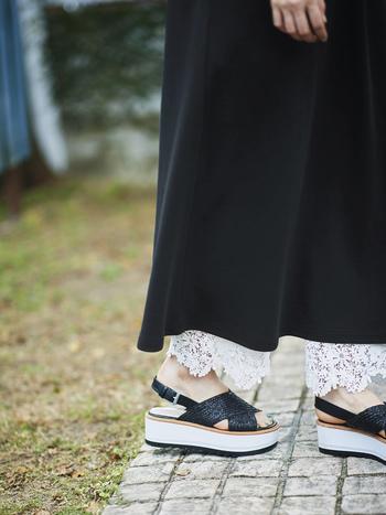 裾に繊細なレースがあしらわれた白いレースパンツは、ワンピースやスカートの足元をグッと女性らしく演出してくれるアイテム。ウエストは総ゴム仕様なのでペチコート感覚で気軽に穿けます。レースの透け感が涼しげで夏によく似合いますね。