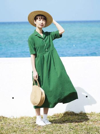 夏らしい色合いの緑が印象的な、今回のkazumiさんコラボワンピース。染めのテストを何度も繰り返して決めた、こだわりの色だそうです。風合い豊かな『シャトルノーツ』の生地を使って仕上げた、ふわりと風になびくワンピースは「夏のお嬢さんがイメージ」とのこと。高い位置で切り替えたウエストや開襟のデザインが、どこかレトロで懐かしい気持ちにさせてくれます。共生地のベルト付きなので着こなしのアレンジも楽しんで。