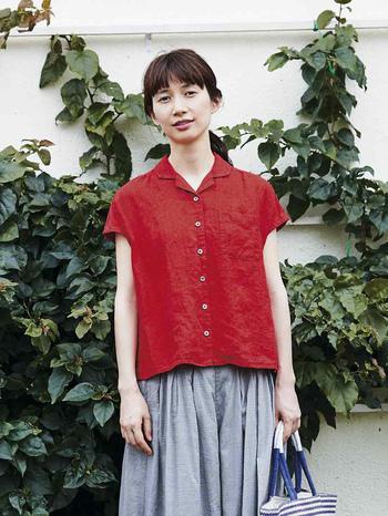開襟タイプのフレンチスリーブシャツは、小さめの襟ぐりや少し短い丈が、コンパクトで華奢な印象に見せてくれます。ストンとしたシルエットなので、ボリュームのあるスカートやワイドパンツとも相性抜群。バランス良くコーデがまとまります。 カラーは新鮮な真っ赤と、ベーシックな白の2色展開。雰囲気が違うので、シーンによって使い分けてもよさそう。